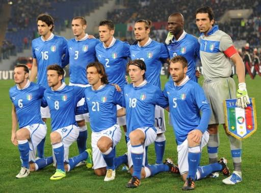 Euro 2012: Polonia-Ucrania - Página 7 Italy-12-13-PUMA-home-kit-blue-white-blue-line-up