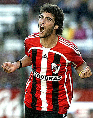 River-Plate-06-07-adidas-away-kit-Gonzalo-Higuain.jpg