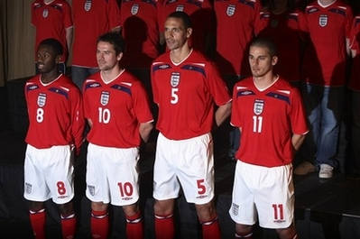 イングランド08UMBRO赤白赤-発表1.jpg
