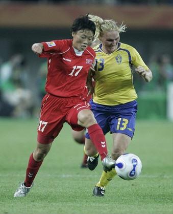 B6070918北朝鮮赤赤赤1-2スウェーデン黄青黄.jpg