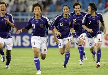 日本歓喜12PKダッシュ AFP HOANG DINH NAM.jpg