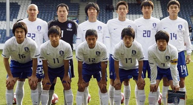 Korea Rep.-10-11-NIKE-away-uniform-white-blue-white-group.JPG