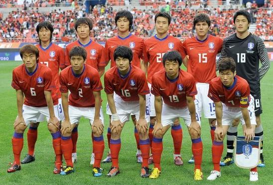 Korea Rep.-10-11-NIKE-home-kit-red-white-red-pose.jpg
