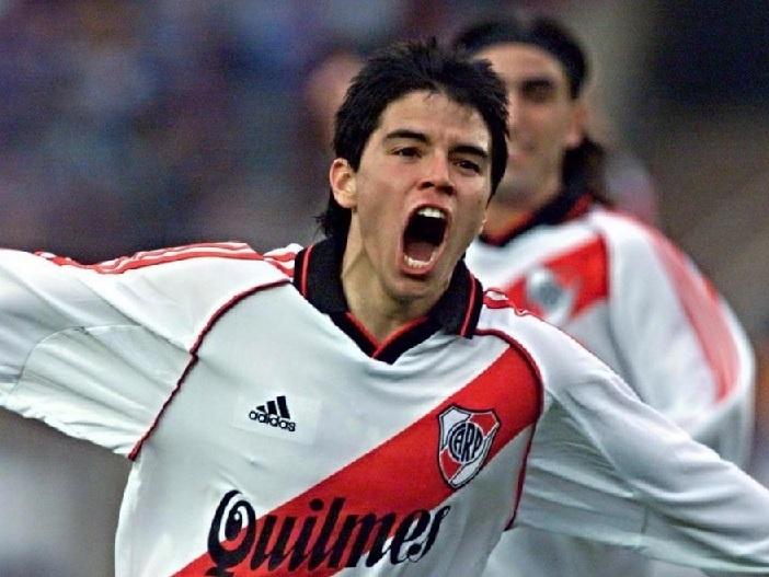 River-Plate-00-01-adidas-home-kit-Javier-Saviola.jpg