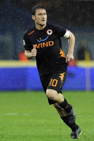Roma-11-12-Kappa-third-kit-black-black-black-Francesco-Totti.jpg