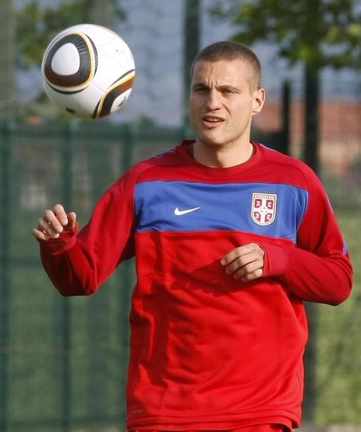 Serbia-10-NIKE-training-red.jpg