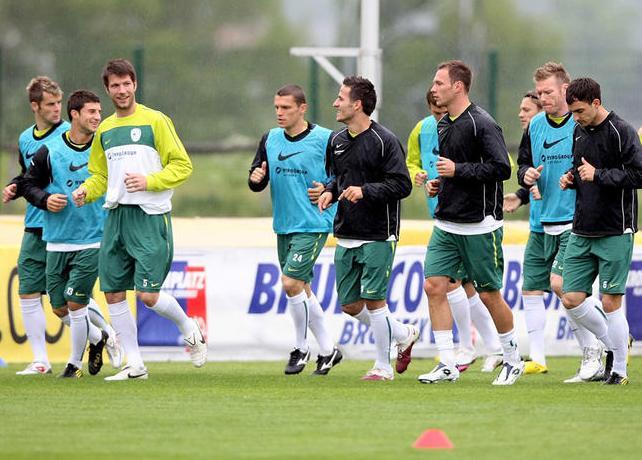 Slovenia-10-NIKE-training-yellow.JPG