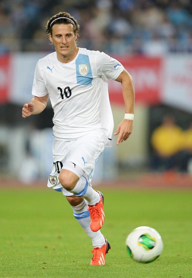 Uruguay-11-13-PUMA-away-kit-Diego-Forlán.jpg