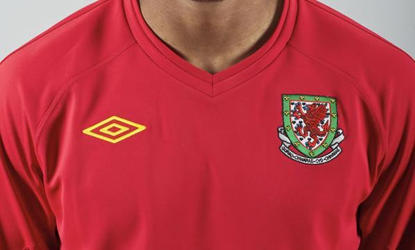 Wales-10-11-UMBRO-new-shirt-red.JPG